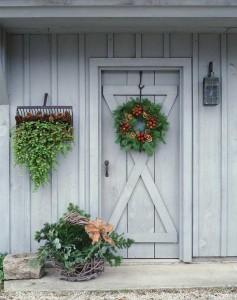 Рождественский венок на входной двери