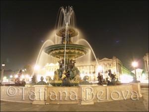 Фонтан на площади Согласия в ночной подсветке