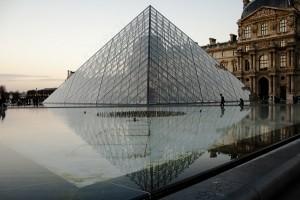 пирамиды возле лувра