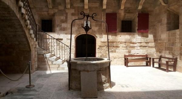 двор замка Иф во Франции